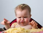 Američki pedijatri tvrde da bebe već sa četiri mjeseca mogu jesti kikiriki, jaja i ribu!