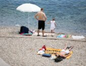 Užasan smrad i mrlje na popularnoj plaži kod Novog Vinodolskog: 'Proljev, povraćanje, temperatura su normalni…'